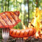 15096156-kielbasa-i-stek-na-widelec-w-tle-ognisko-w-lesie